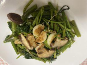 空心菜とにんにくの炒め物