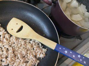 鶏ひき肉を炒めます。