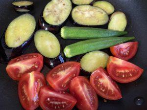 オリーブオイルで夏野菜を炒める