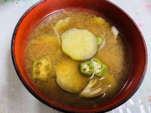 茄子とおくらと茗荷の味噌汁