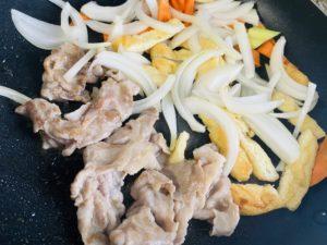 豚肉・野菜を炒める