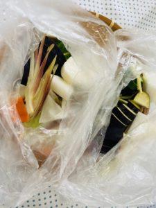 野菜とぬか漬けの素を袋の中へ