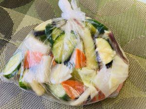 野菜とぬか漬けの素を袋の中へだけで完成♪